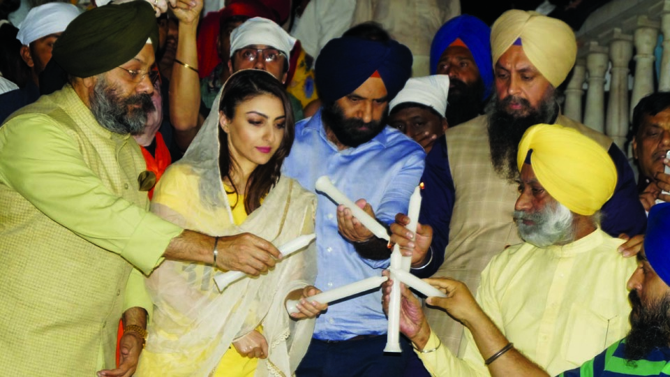 SOHA ALI KHAN LED THE CANDLE LIGHT MARCH TO VOICE FOR THE JUSTICE OF SIKH GENOCIDE IN DELHI!